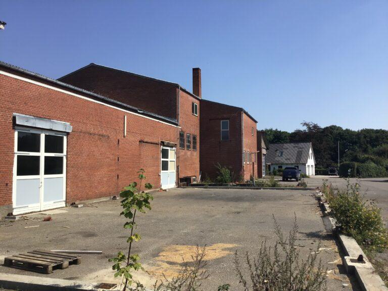 Totalnedbrydning af gl. foderstof og vinduesfabrik i Løsning for Hedensted kommune.